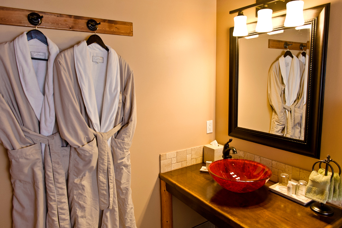 Canadiana Suite Bathroom | The Prairie Creek Inn