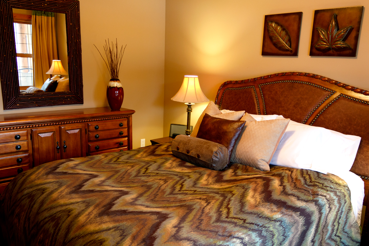 Creekside Cottage Queen Bedroom   The Prairie Creek Inn