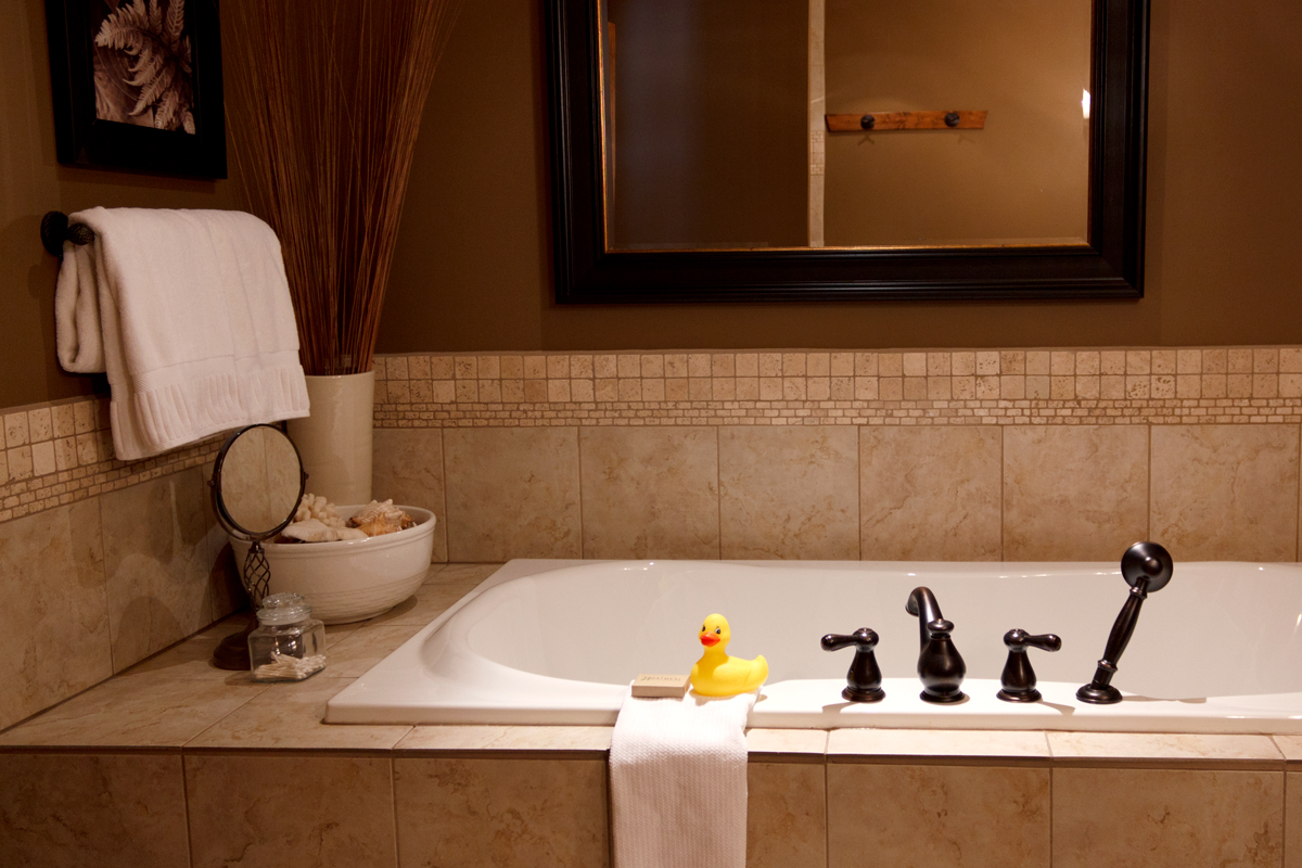 Explorers Suite Soaker Tub | The Prairie Creek Inn