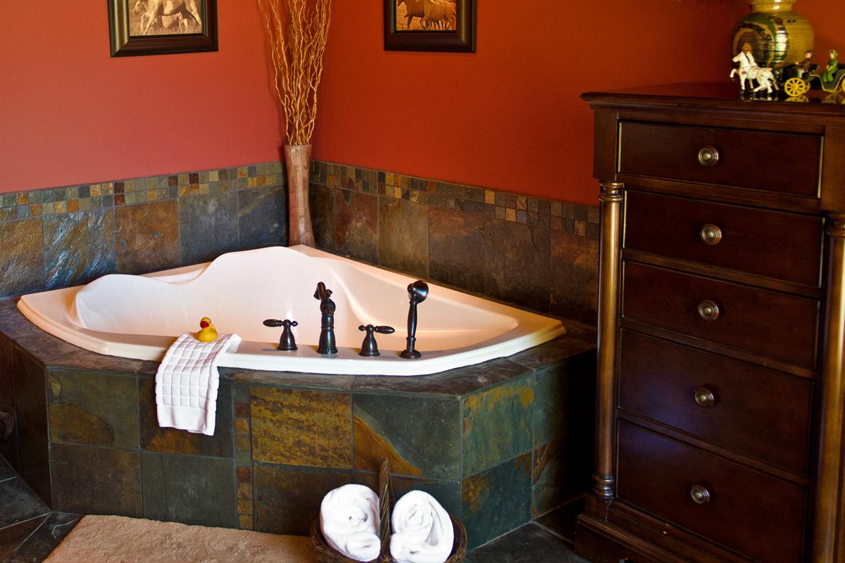 Stables Double Soaker In Room Tub | The Prairie Creek Inn
